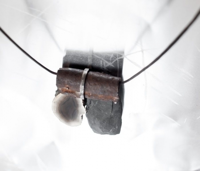 Ferro cotto, object trouvè, agata, ardesia